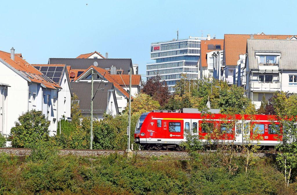 Die S-Bahn, hier bei Renningen, könnte bald weiter nach Calw fahren. Foto: factum//Simon Granville