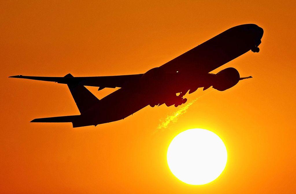 Sonnige Stimmung bei den Geschäftsführern des Flughafens. Die Zahl der Passagiere ist noch einmal deutlich gestiegen. Foto: dpa