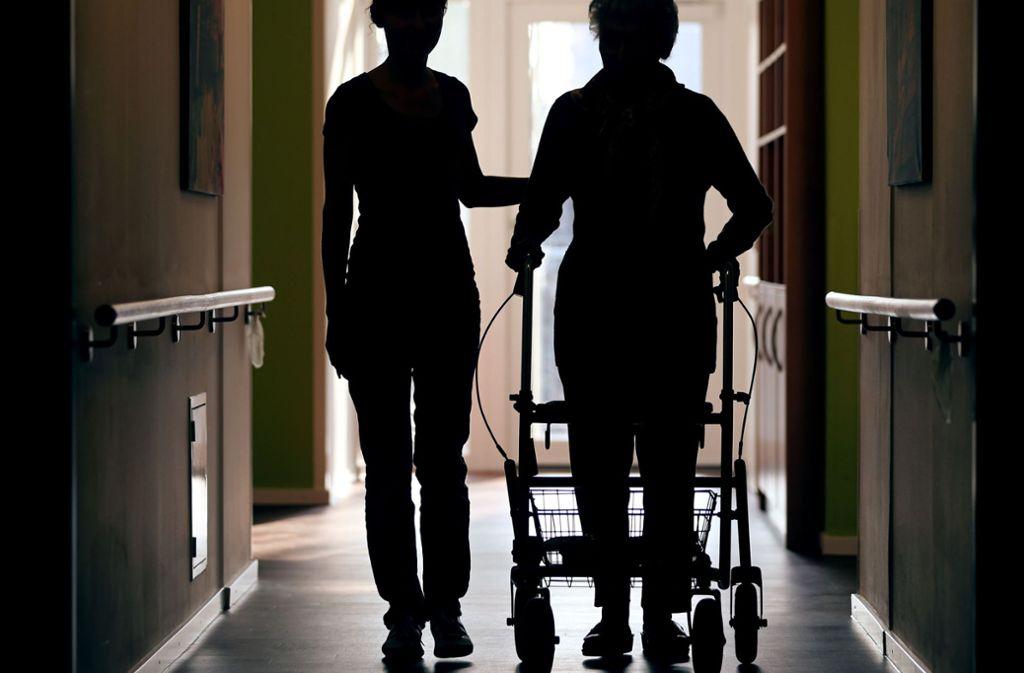 Über das Berufsfeld Altenpflege informiert eine Veranstaltung in Weinstadt. Foto: dpa