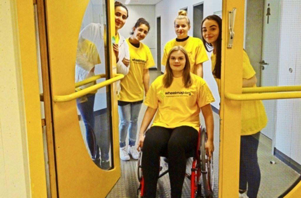 Die Berufsschüler machen sich im Rollstuhl auf durch die Stadt. Doch nicht überall kommen sie gut voran. Foto: ulo
