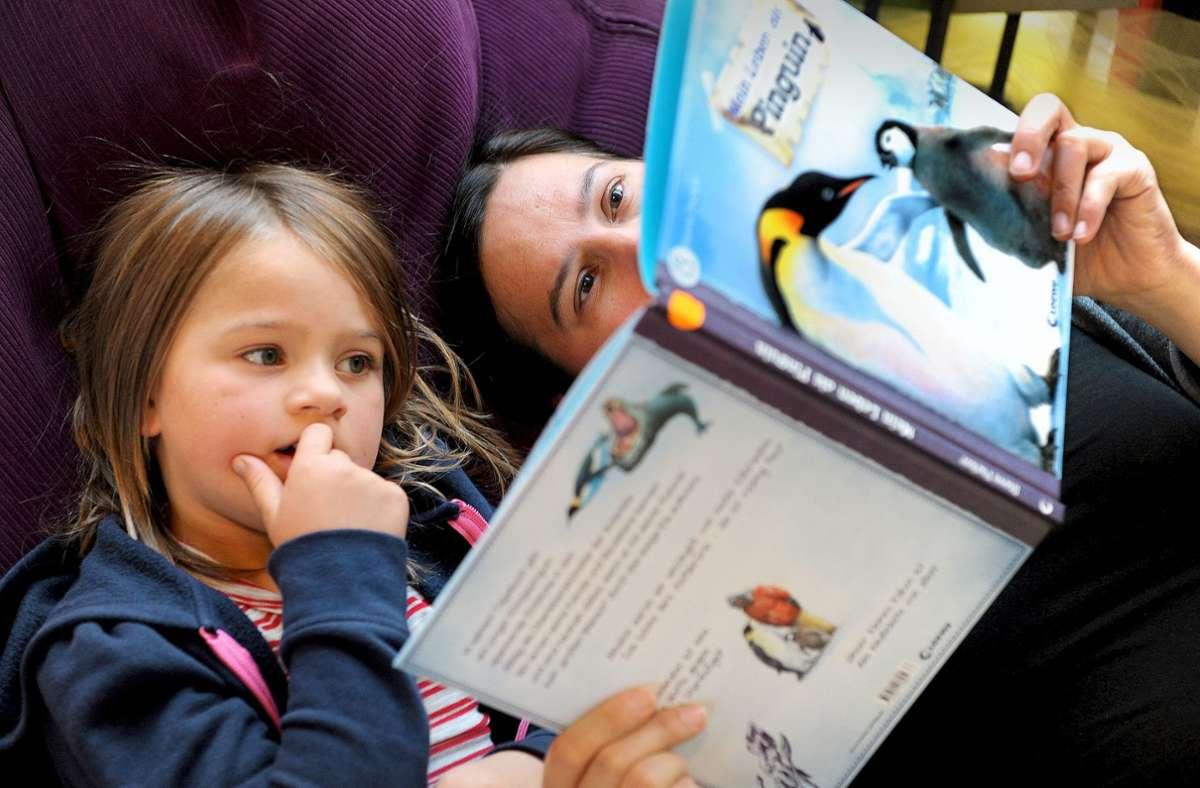 Vorlesen macht Kinder stark und geht in fast  jeder Lebenslage. Zwölf gute Bücher dafür bietet unsere Bildergalerie. Foto: dpa/Ingo Wagner