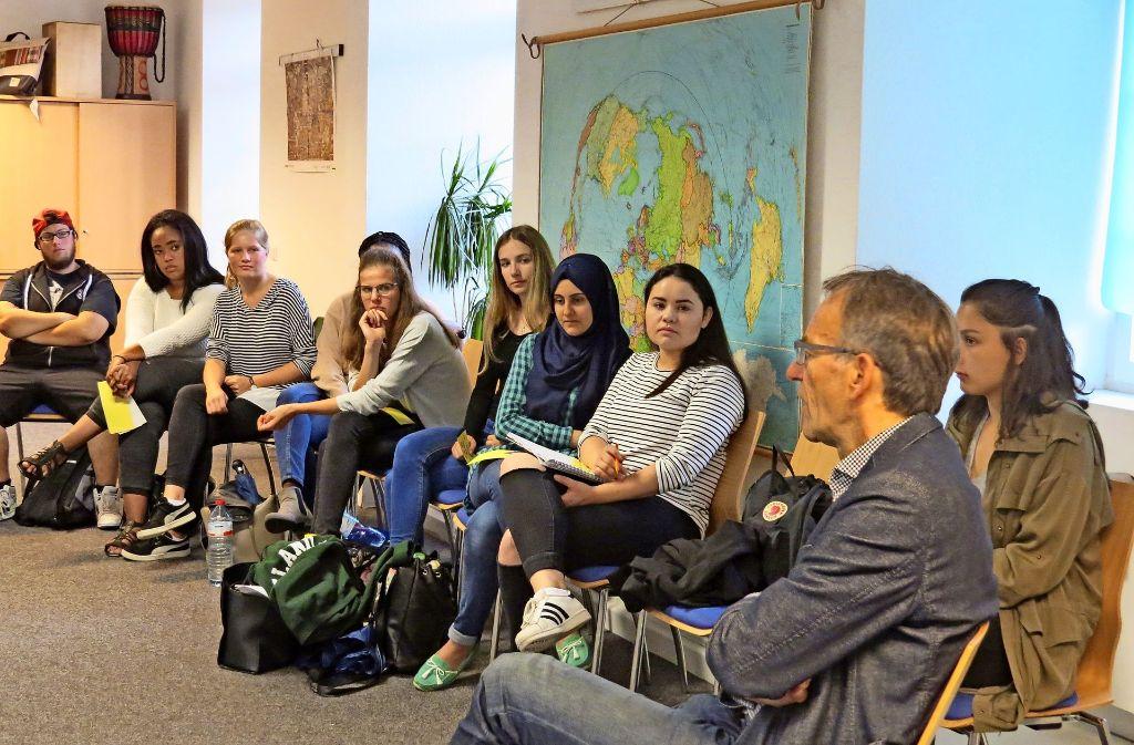 Bürgermeister Werner Wölfle und die Schüler fühlten sich gegenseitig auf den Fairness-Zahn. Foto: Caroline Fiedmann
