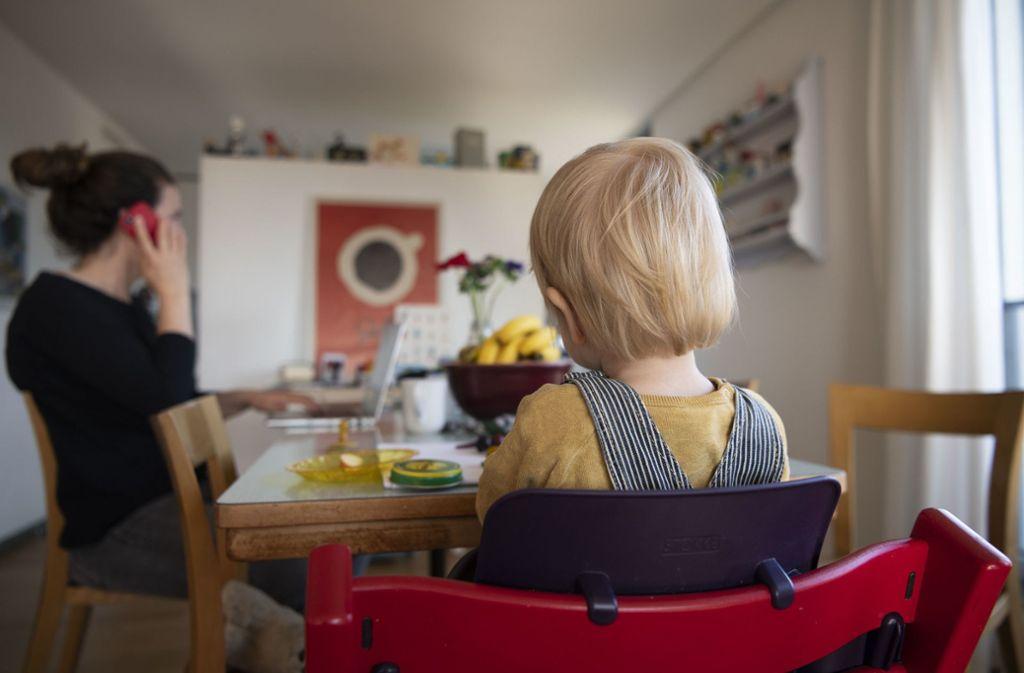 Im Homeoffice arbeiten und gleichzeitig das Kind betreuen – für viele Mütter ist das seit Wochen Alltag (Symbolbild). Foto: dpa/Christian Beutler
