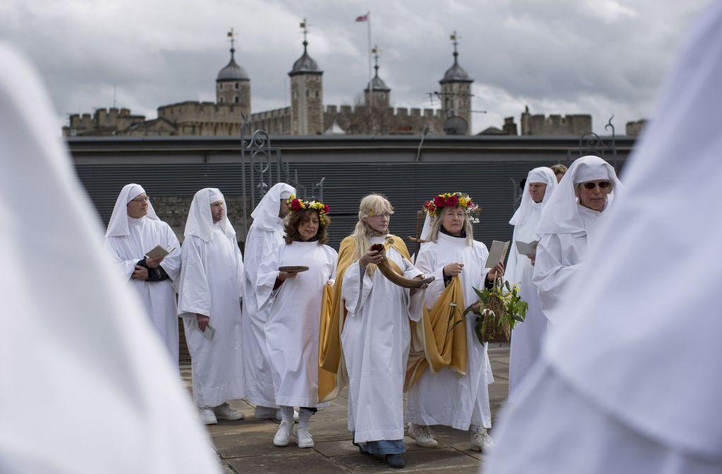 Vorne weiße Gewänder, hinten der Tower of London: Britische Druiden feiern den Frühlingsbeginn. Foto: Gettyabo