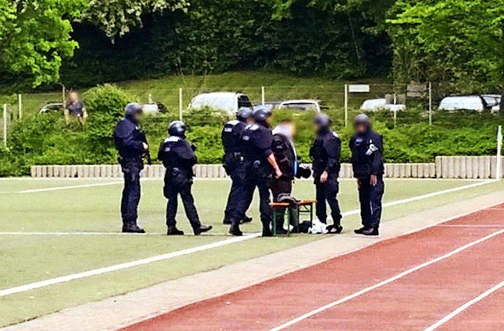 Das Foto zeigt die Situation nach der Kontrolle: Der Junge steht wieder auf den Beinen. Foto: privat