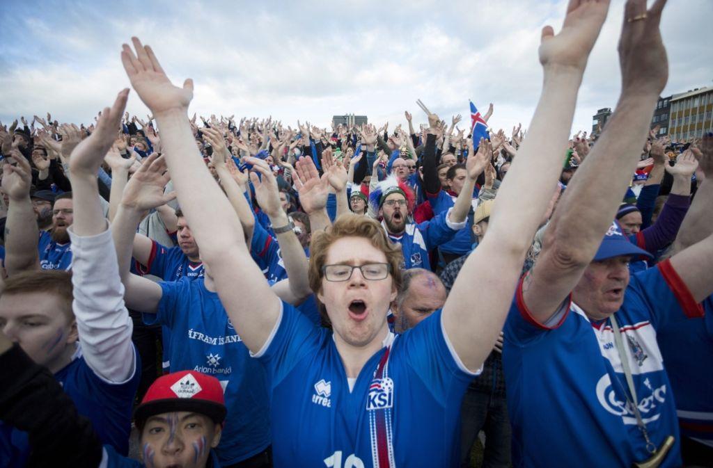 Die Isländer sind nach dem Sieg der Nationalmannschaft gegen England völlig aus dem Häuschen. Die Fans sind ein entscheidender Faktor für den Erfolg der Mannschaft. Foto: dpa