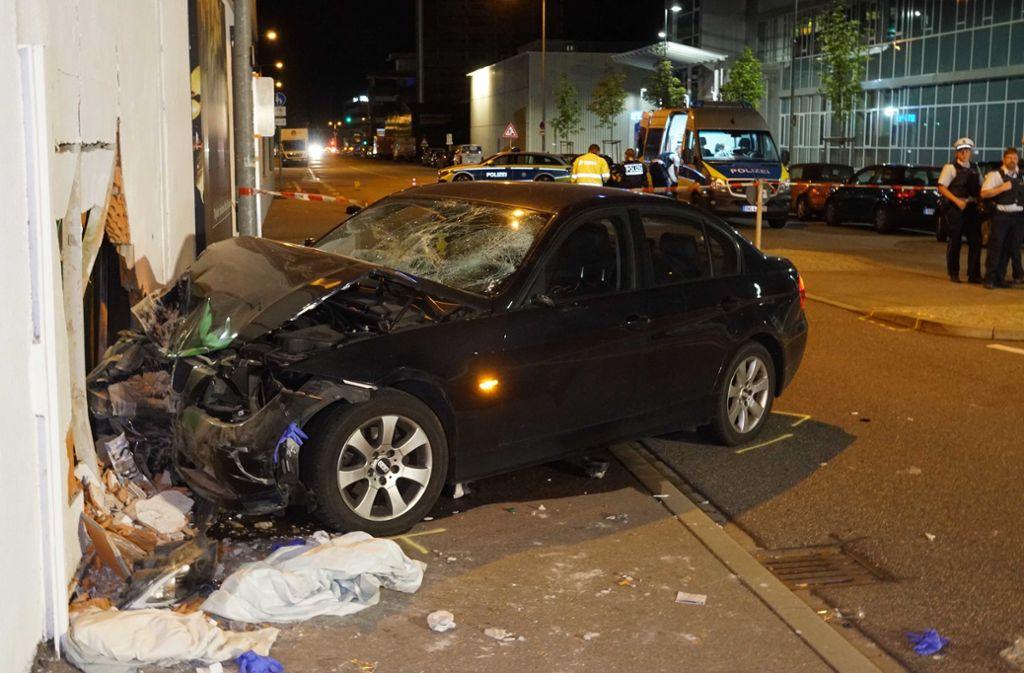 In Stuttgart-Feuerbach hat ein Autofahrer die Kontrolle über seinen Wagen verloren und ist in eine Gruppe Fußgänger gerast. Foto: Andreas Rosar Fotoagentur-Stuttg