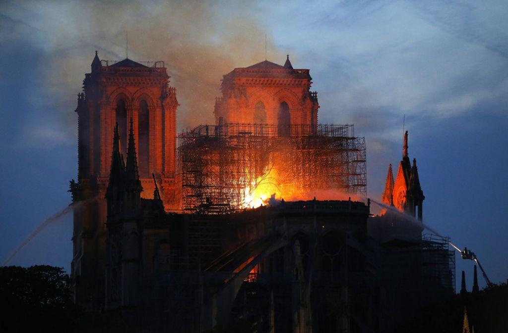 In der weltberühmten Kathedrale Notre-Dame in Paris ist ein Feuer ausgebrochen. Foto: AP