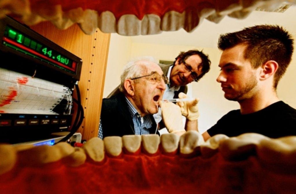 Christian Greune testet den Sensor im Mund von Klaus Gottwald. Foto: WAZ Mediengruppe