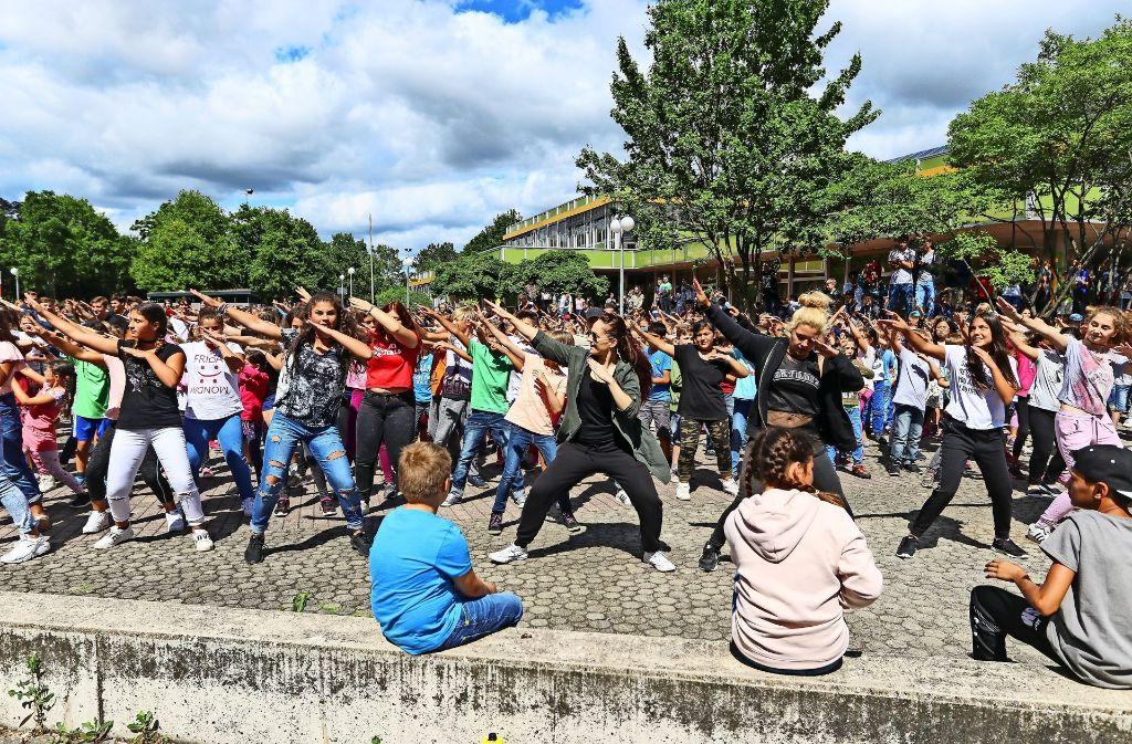 """Beim Flashmob zum Abschluss des Themenmonats """"Achtung"""" führen alle Schüler gemeinsam einen Tanz auf. Foto: factum/Granville"""
