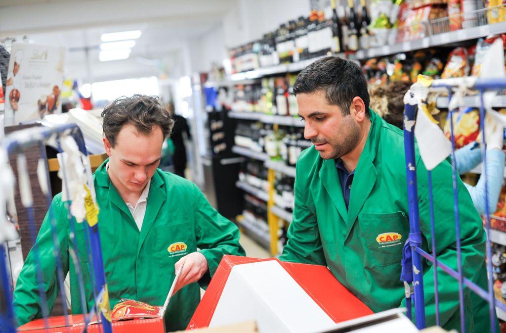 Felix Heck (links) und Kiriakos Doulgeris packen im Cap-Markt mit an. Foto: Lichtgut/Max Kovalenko