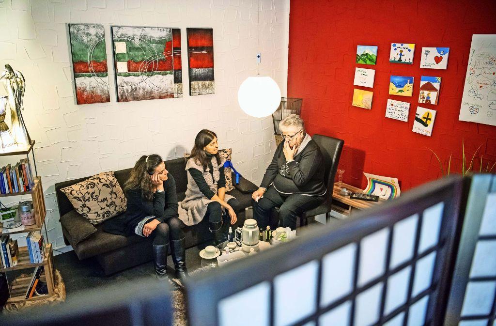 Maija Hinderlich (links) und Anne Gruhn (Mitte) haben die Trauerrunde vor vier Jahren eingerichtet. Foto: Martin Stollberg