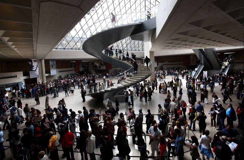 Menschenschlangen im Pariser Louvre: Klicken Sie sich durch unsere Bildergalerie, wenn sie wissen möchten, wer in der Kunstwelt die Fäden zieht. Foto: