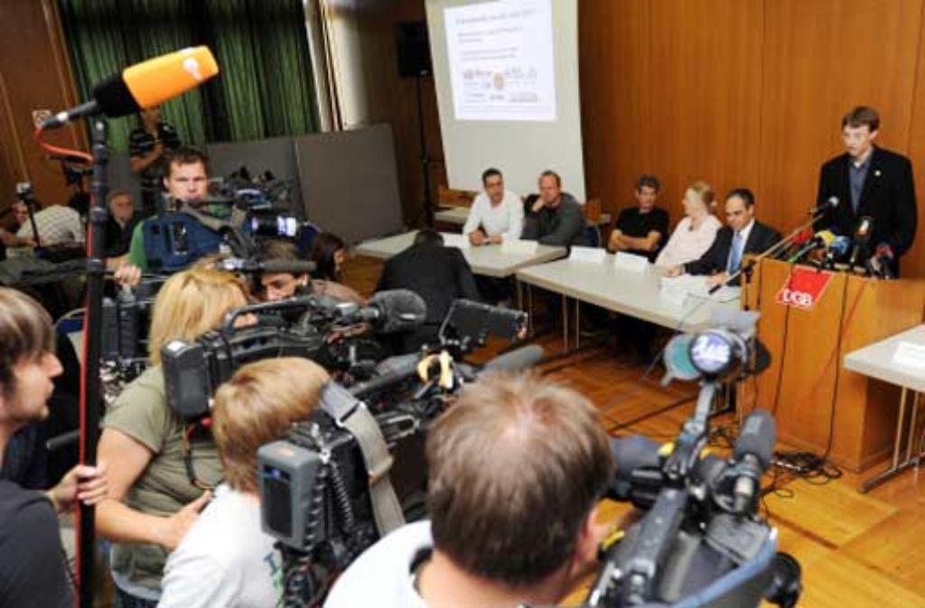 Das Aktionsbündnis gegen Stuttgart 21 präsentiert Zeugen, die schildern, wie sie die teilweise gewaltsamen Ausschreitungen nach der Montagsdemo auf dem Gelände des Grundwassermanagements erlebt haben. Die Version der Polizei wird dabei angezweifelt. Foto: dpa