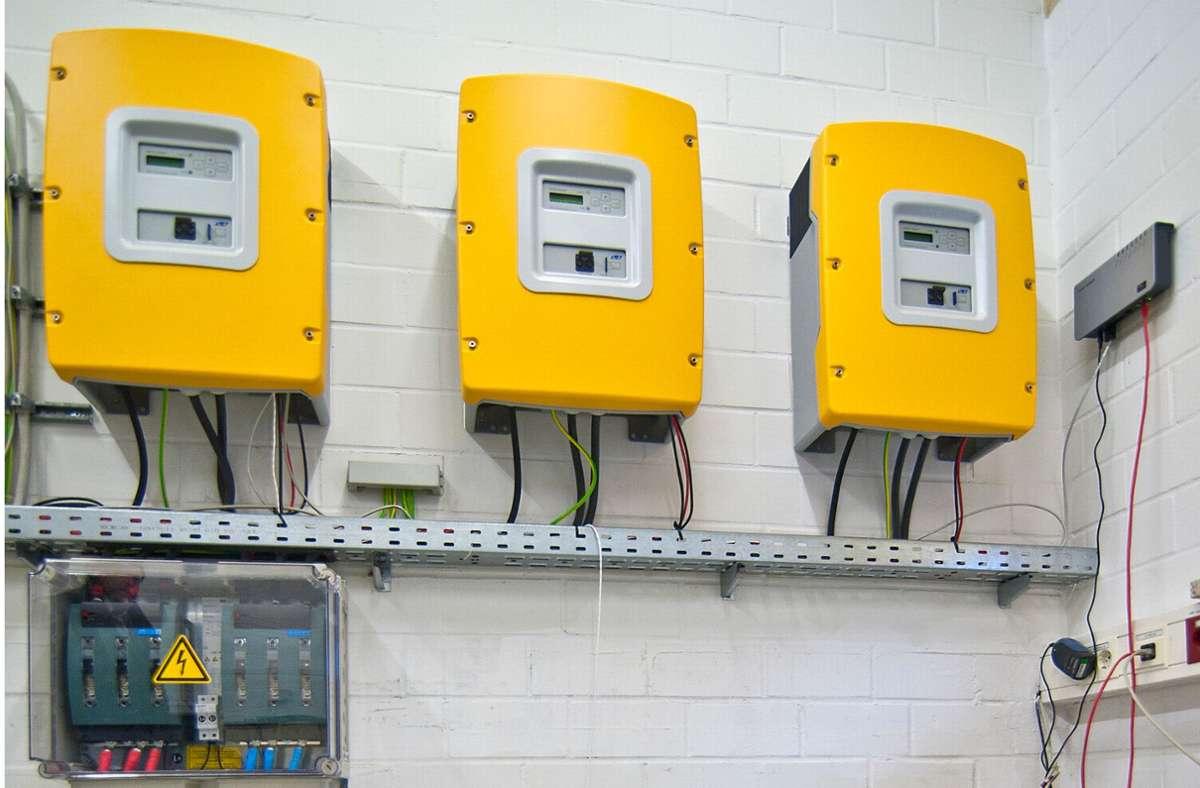 Selbst produzierter Strom vom Hausdach kann mit einer netzdienlichen Batterie gespeichert werden. Hier sind Steuerelemente eines Batteriespeichers für Solarstrom zu sehen. Foto: dpa/Dominique Leppin