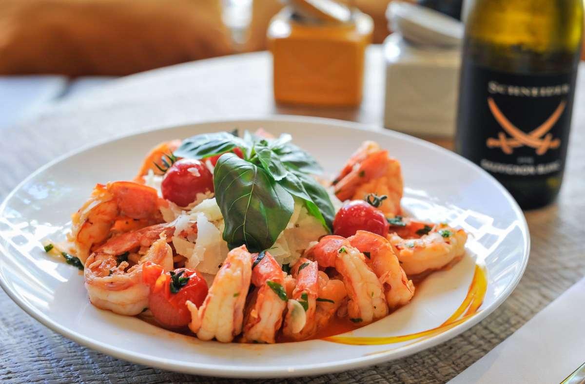 Ein sehr schnelles Gericht, sofern man die Tomatensauce zur Hand hat: Die Scampi-Spaghetti aus  der Sansibar. Foto: Lichtgut/Max Kovalenko