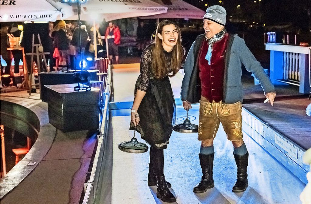 Schauspielerin Rebecca Kunikowsky (sie  stand mit Angelina Jolie vor der Kamera) und  Angermaier-Chef Axel Munz beim Promi-Tracht-Turnier vor dem Mercedes-Benz-Museum in Stuttgart. Foto: Anderas Engelhard
