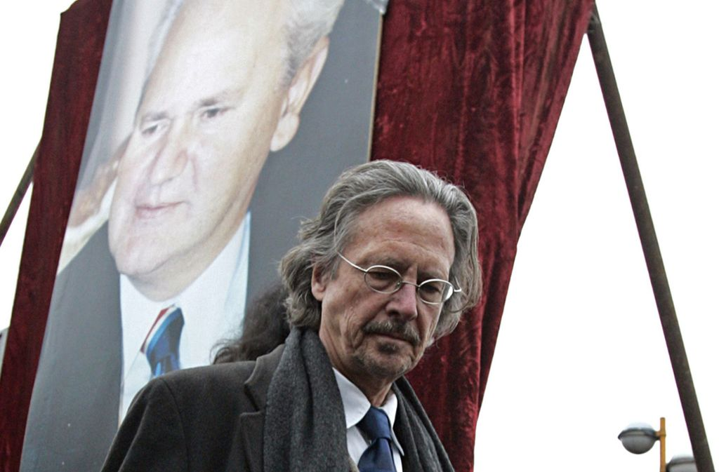 Umstritten: Peter Handke im März 2006 bei seiner Grabrede auf den früheren serbischen Präsidenten Slobodan Milosevic. Foto: AP/Petar Pavlovic