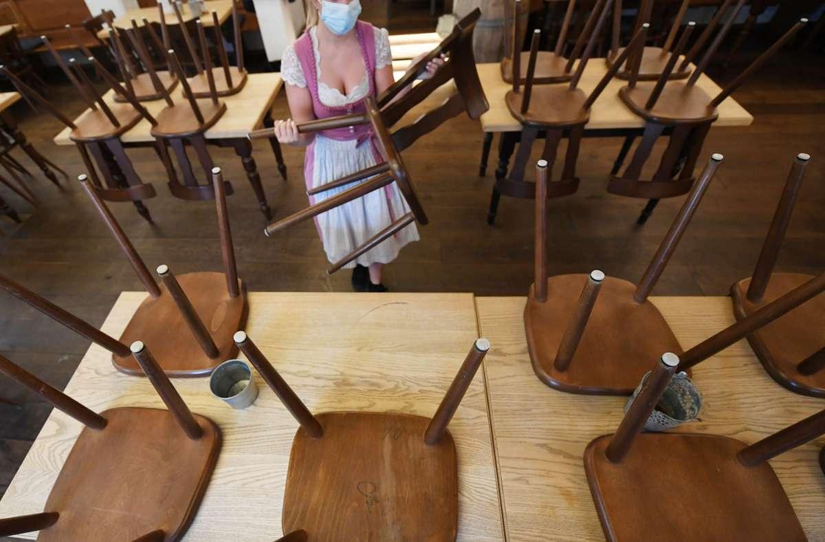 Ist in den Gastronomiebetrieben bald wieder Schicht im Schacht? Die Dehoga will sich das nicht gefallen lassen – und kündigt an vor Gericht zu ziehen. Foto: dpa/Angelika Warmuth