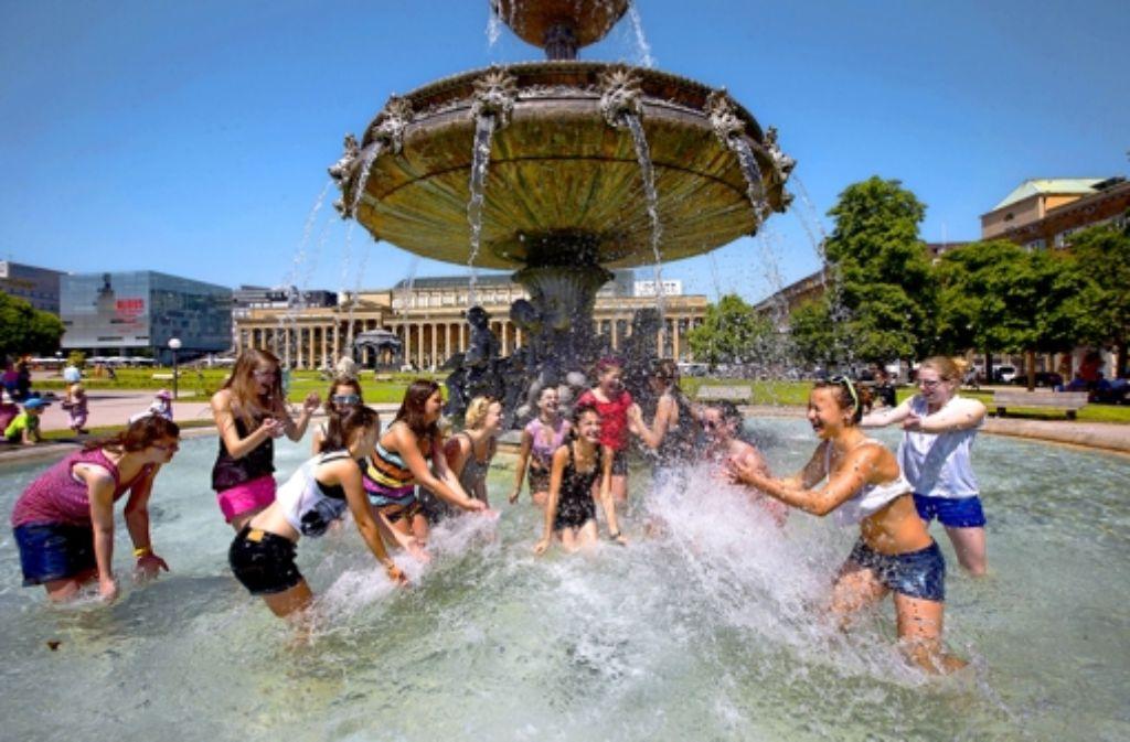 Heiße Sache: die Stuttgarter Innenstadt wird an Sommertagen zum Backofen, in dem man über jede Abkühlung froh ist. Foto: Michael Steinert