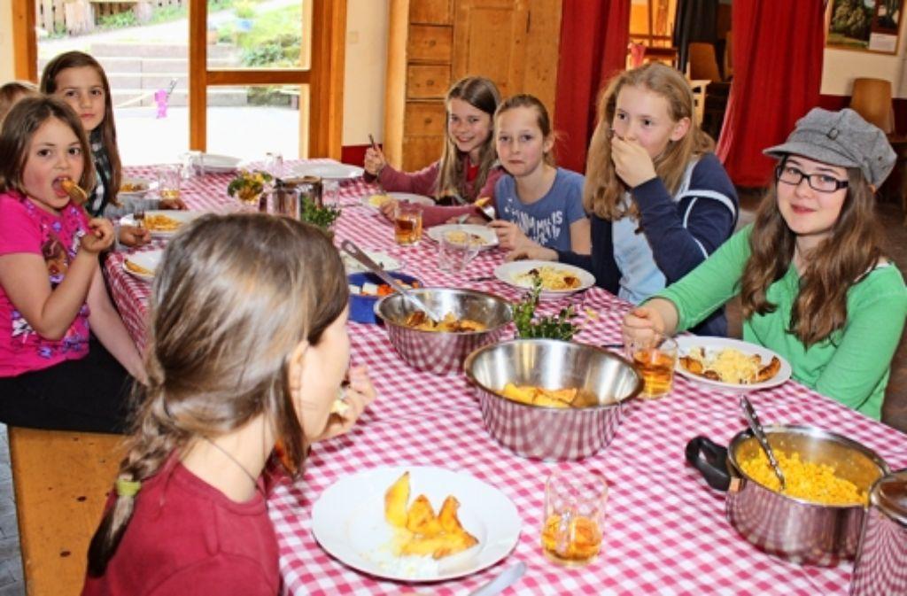 Kartoffeln, Quark, Mais und Rohkost: Die Mittagstisch-Kinder von der Michael-Bauer-Schule und der Kaltentaler Grundschule lassen es sich schmecken. Foto: Stahlberg