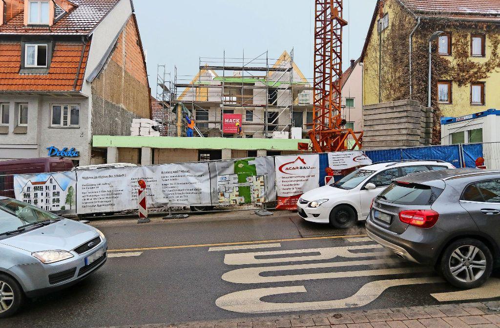 Zusätzliche  Genehmigungen   wegen der unter Denkmalschutz stehenden alten Keller  verlängern die Bauzeit erheblich. Foto: factum/Granville