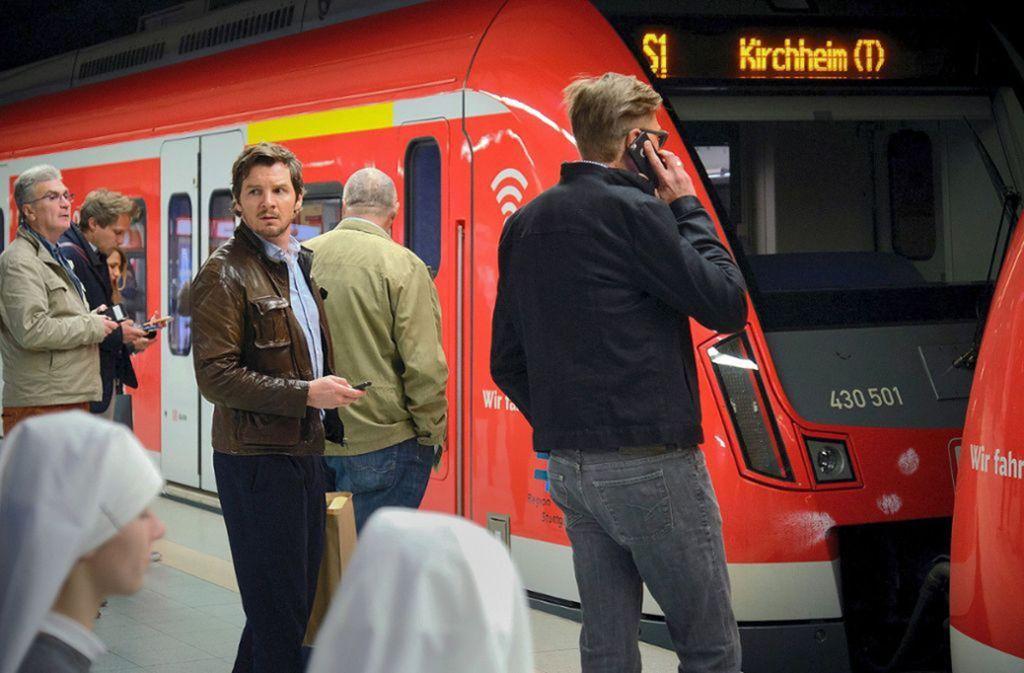 Kommissar Bootz (Felix Klare) bekommt vom Erpresser Anweisungen, wie er das Geld übermitteln soll. Foto: SWR/Benoît Linder