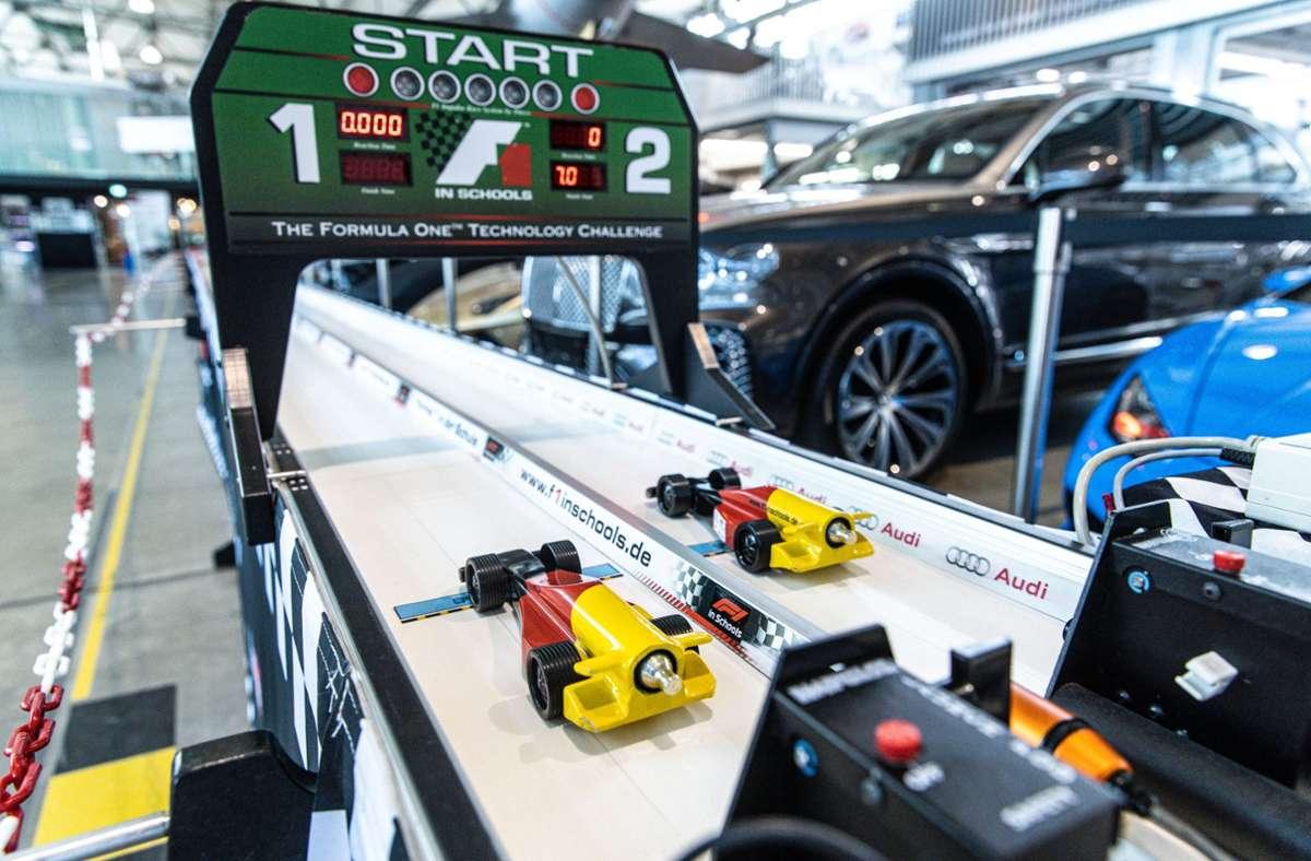Die Mini-Formel 1-Boliden am Start in der Motorworld. Foto: Stefanie Schlecht