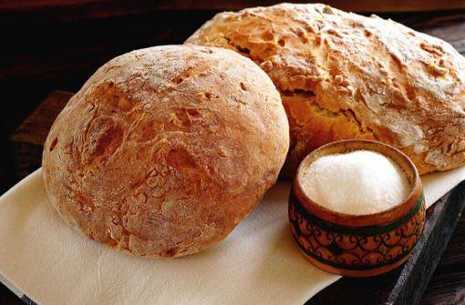 In diesem Artikel erfahren Sie, warum man Brot und Salz zum Einzug schenkt und wie Sie es kreativ verpacken.