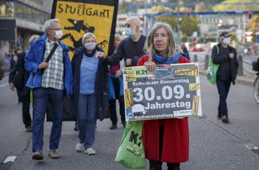 Hunderte demonstrieren am Stuttgarter Bahnhof