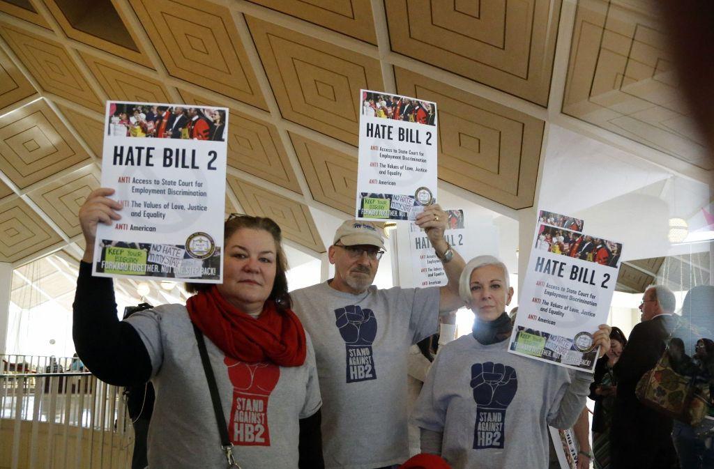Demonstranten protestieren vor dem Kongress gegen ein umstrittenes Gesetz. Foto: AP