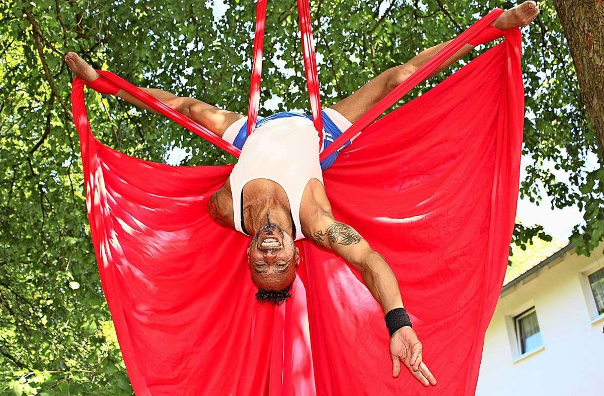 Lino da Silva hat etliche Figuren am Vertikaltuch auf Lager Foto: Caroline Holowiecki