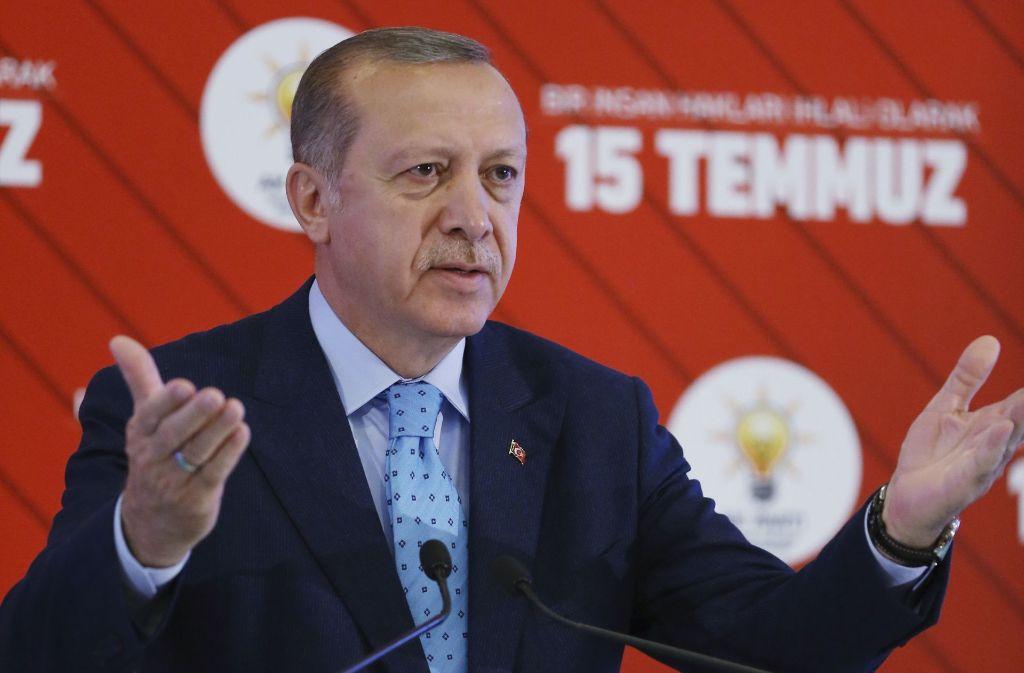 Kurz vor dem Jahrestag des Putschversuchs sind in der Türkei laut einem Bericht mehr als 7300 weitere Soldaten, Polizisten und Ministeriumsmitarbeiter entlassen worden Foto: Presidency Press Service/AP