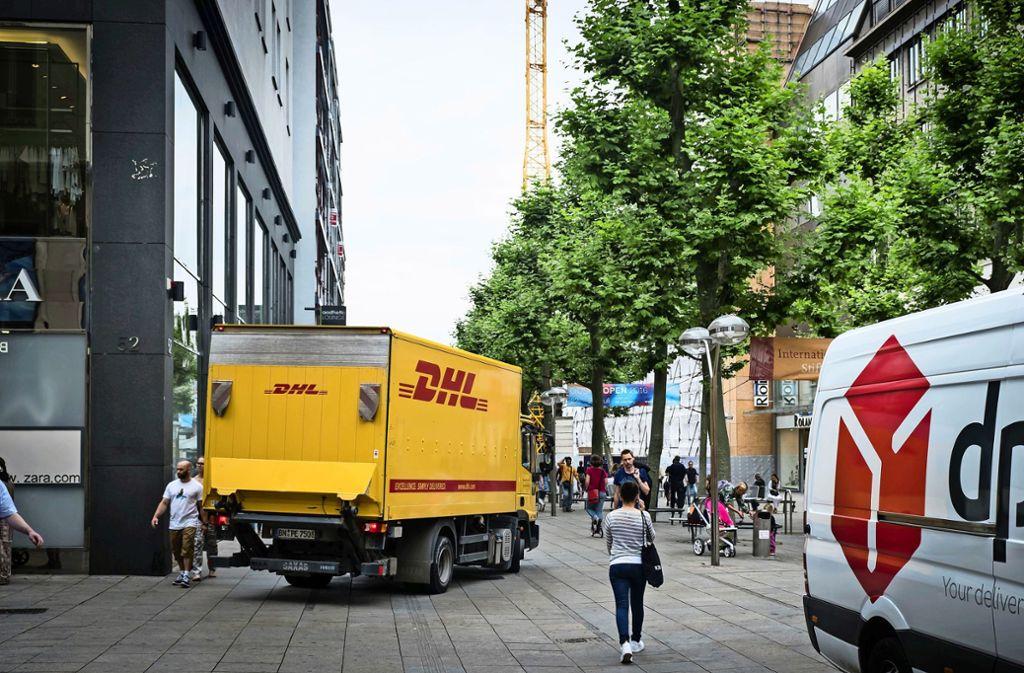 Lieferdienste, die eigentlich  nur bis 11 Uhr in der Fußgängerzone ausliefern dürfen,    auf der Königstraße Foto: Lichtgut/Achim Zweygarth