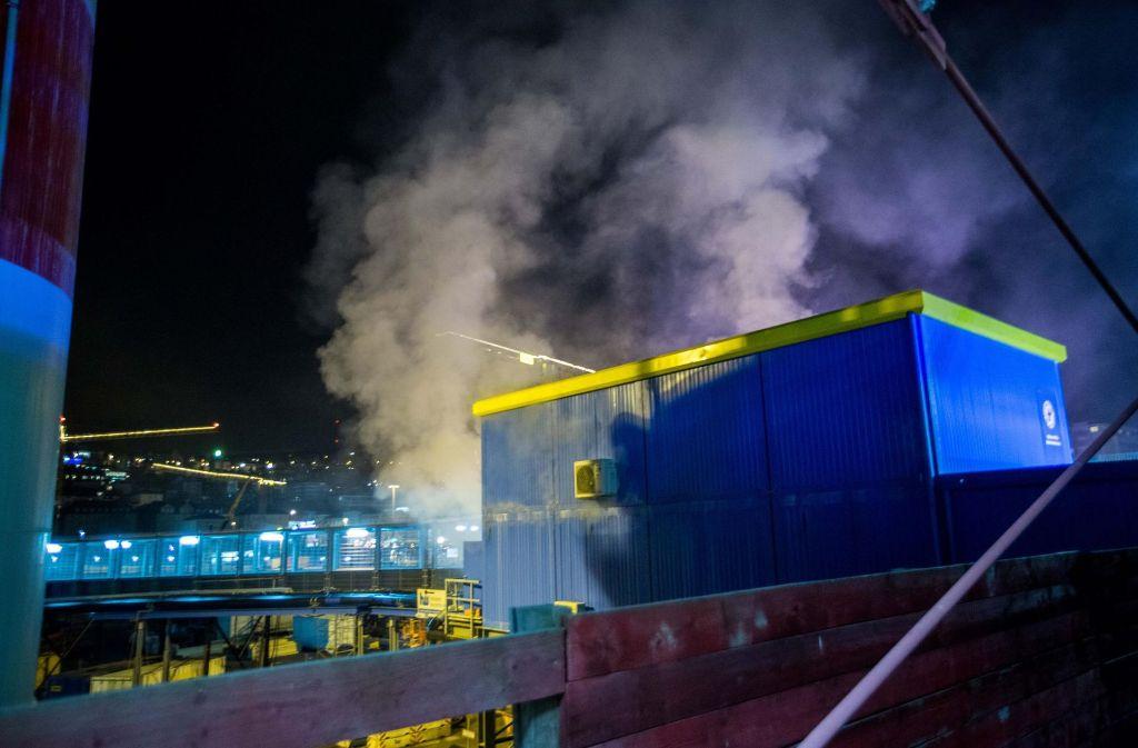 Ein Feuer hat am Mittwochabend einen Container der Bahnhofsmission zerstört. Foto: 7aktuell.de/Simon Adomat