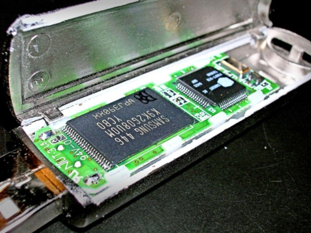 Im geöffneten USB-Stick sitzt der Flash-Speicher links. Foto: Archiv
