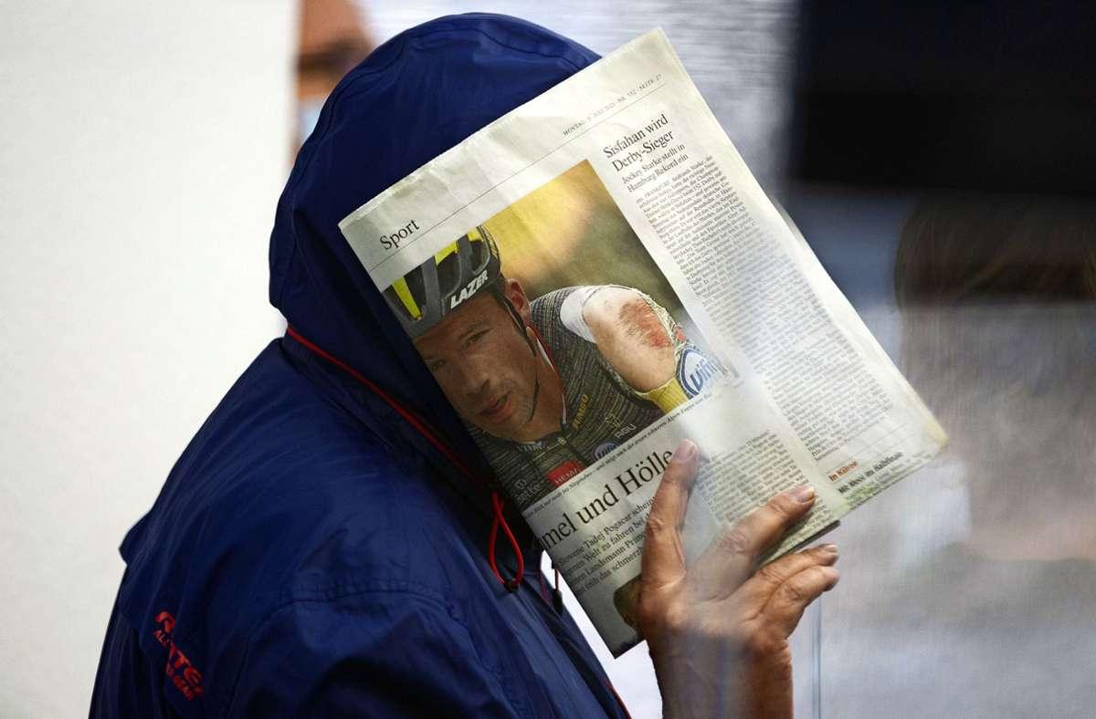 Am Tag der Urteilsverkündung hat sich Hartmut M. hinter einer Zeitung verborgen. Foto: LICHTGUT/Leif Piechowski