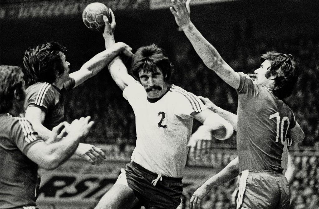 1976 im Viertelfinale des Europapokals  der Landesmeister gegen  Slask Breslau:  Heiner Brand, einer der Stars des VfL Gummersbach,  auf dem Weg zum Tor. Foto: dpa