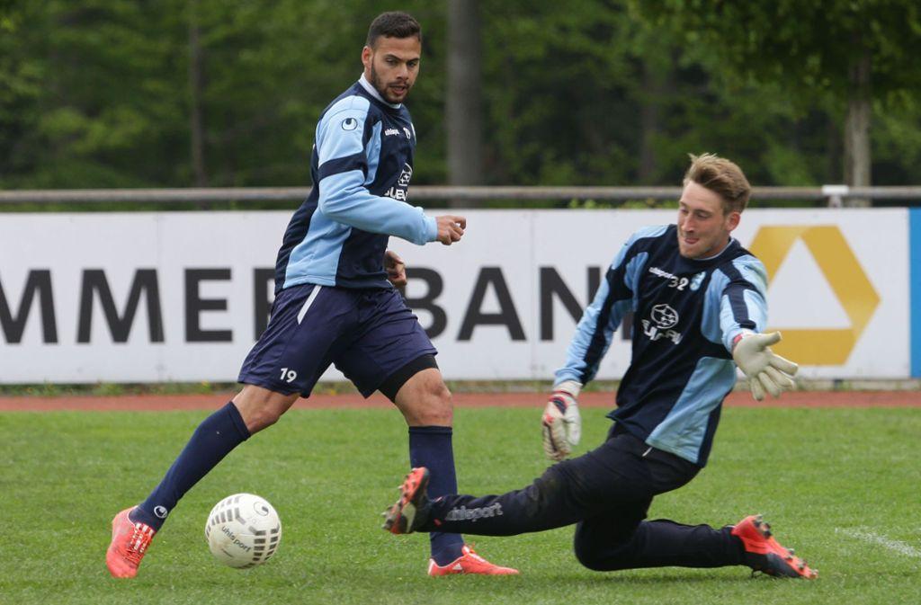 Stand schon einmal für die Stuttgarter Kickers im Tor: Tobias Trautner (re., neben Daniel Engelbrecht). Foto: Baumann