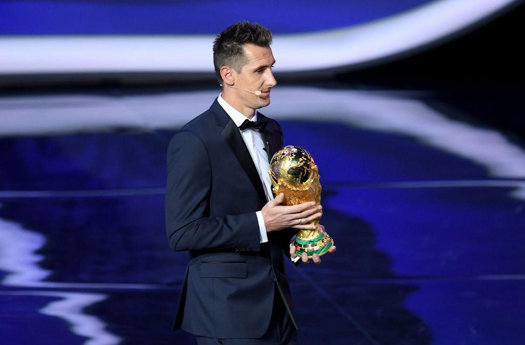 Miroslav Klose bei der WM-Auslosung mit dem Weltmeister-Pokal. Foto: Bongarts