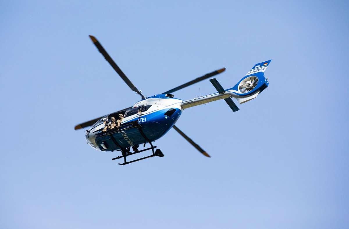 Die Polizei suchte unter anderem mit einem Helikopter nach der jungen Frau. (Symbolbild) Foto: dpa/Philipp von Ditfurth