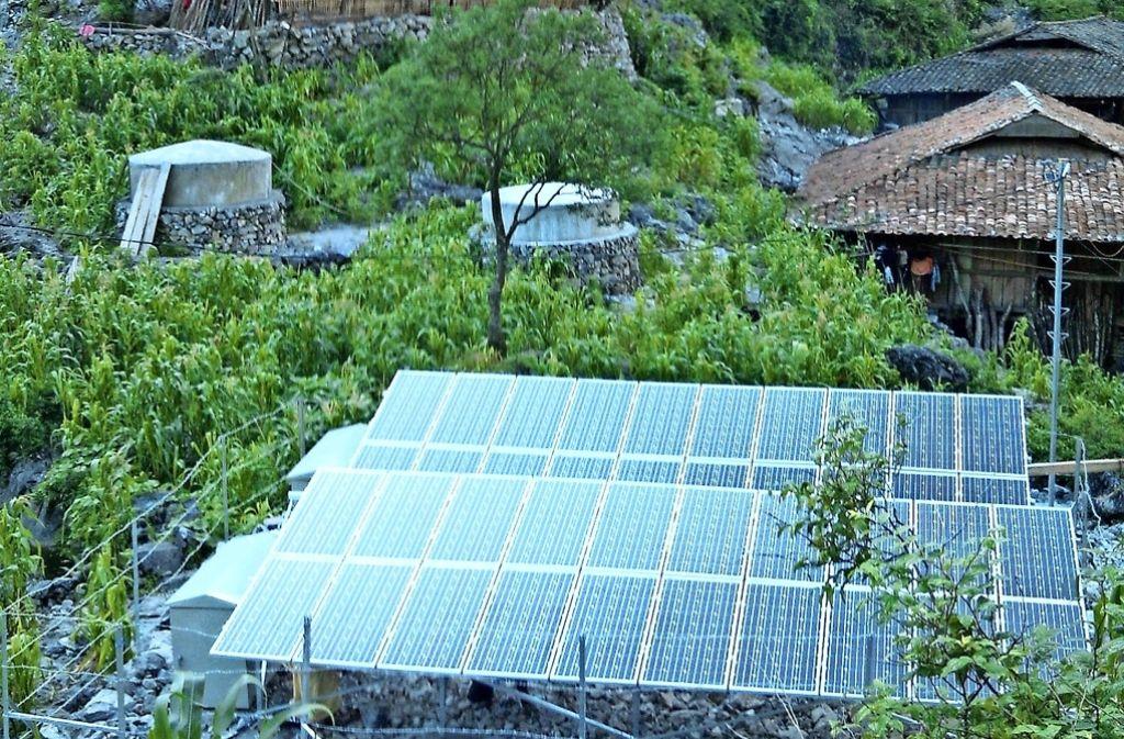 Die moderne Solaranlage vor den äußerst spartanischen Hütten. Foto: privat