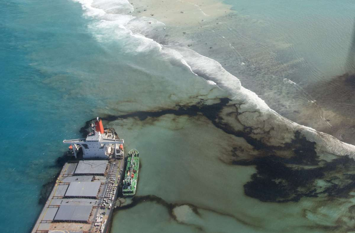 """Der vor rund zwei Wochen vor der Südostküste des Inselstaates im Indischen Ozean auf einem Korallenriff auf Grund gelaufene Frachter """"Wakashio"""" verursacht ein Öl-Desaster. Foto: AP/Gwendoline Defente"""