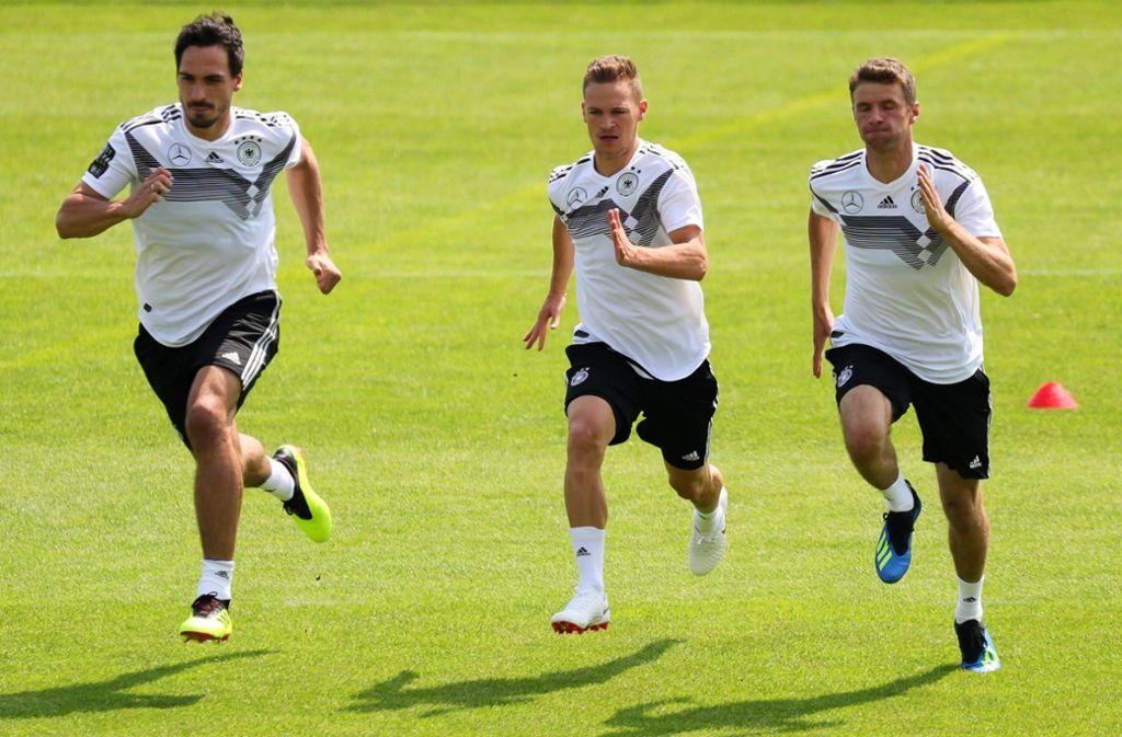 Die Bayern-Spieler Mats Hummels, Joshua Kimmich und Thomas Müller (v.l.) schwitzen beim Training mit der Nationalmannschaft.Fotos:dpa Foto:
