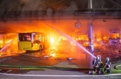 Ausgebrannter Bus geborgen