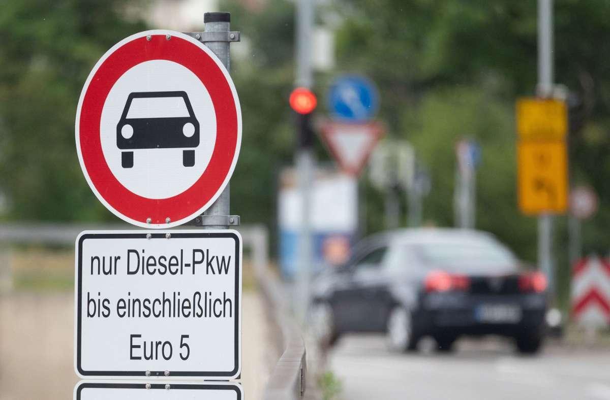In Stuttgart fehlt es an  Schildern, die auf das Verbot von Euro-5-Dieselfahrzeugen hinweisen. Foto: dpa/Marijan Murat