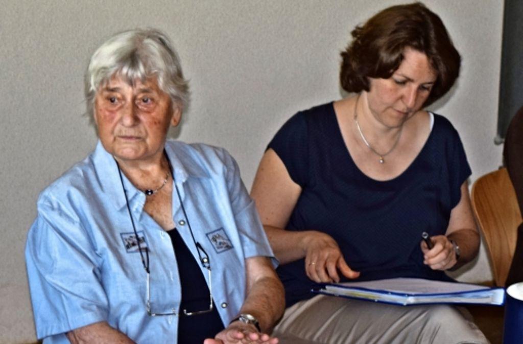 Auf Einladung der Lehrerin Birgit Anschütz (rechts) war die Zeitzeugin Anneliese Ziegler zu Gast beim Oberstufen-Geschichtskurs. Foto: Alexandra Kratz