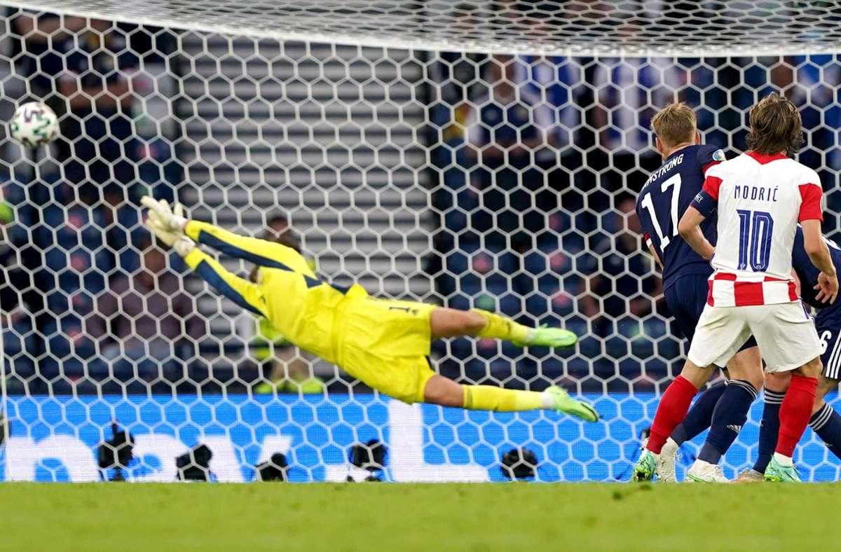 Kroatiens Luka Modric erzielt das 2:1. Foto: dpa/Andrew Milligan