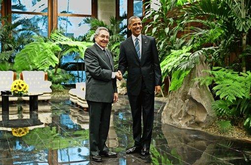 Vor den Kameras begrüßen sich Raúl Castro und Barack Obama freundlich. Zu herzlich soll der Empfang aus Sicht des kubanischen Staatschefs aber nicht geraten. Foto: Getty