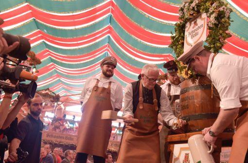 Fritz Kuhn eröffnet mit vier Schlägen das Volksfest